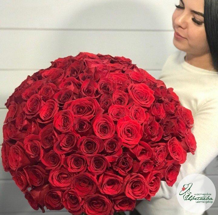 Букет из 101 красной розы вид сбоку