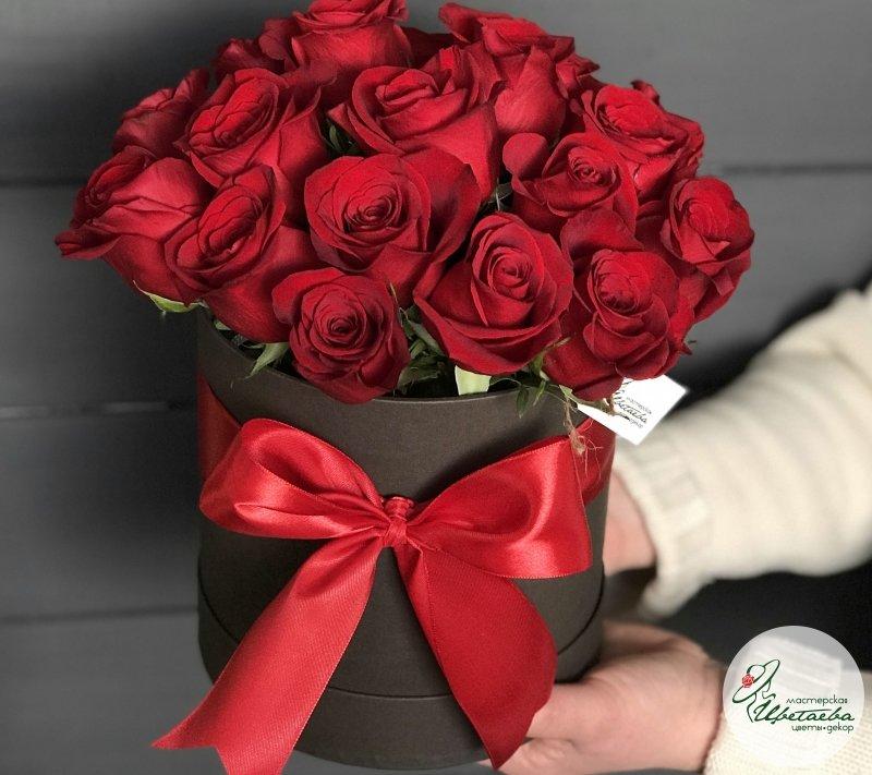 Шляпная коробочка из 21 красной розы