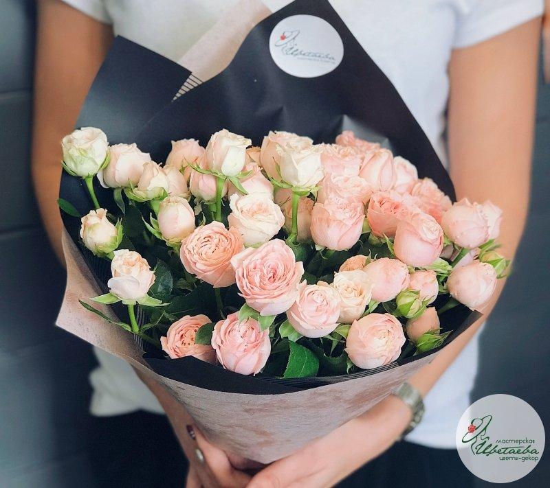 Букет из 9 крупных кустовых роз сорта «Бомбастик»