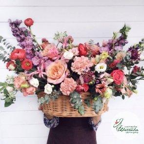 Большая корзина цветов Венеция c доставкой в Томске