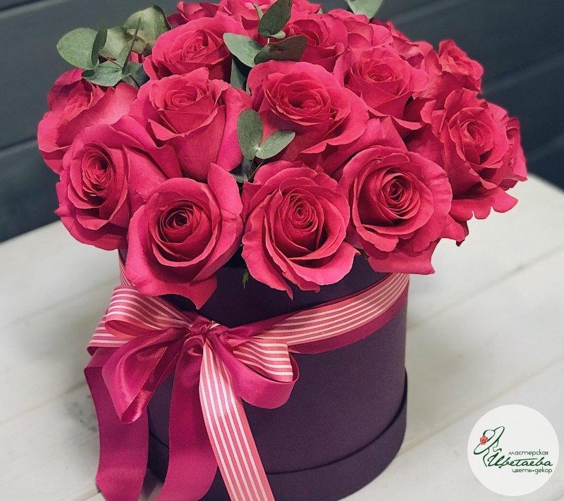 19 ярких роз в шляпной коробочке