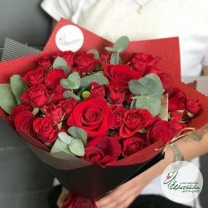 Букет из одиночных и кустовых красных роз
