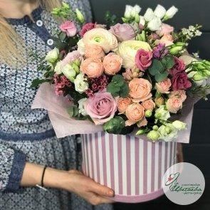 Нежная коробка с цветами c доставкой в Томске