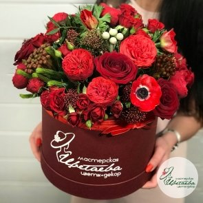 Цветы в коробке «Страсть» c доставкой в Томске