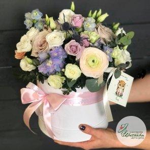 Летняя шляпная коробка с нежными цветами