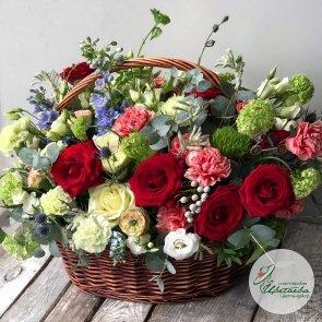 Огромная корзина со свежими цветами