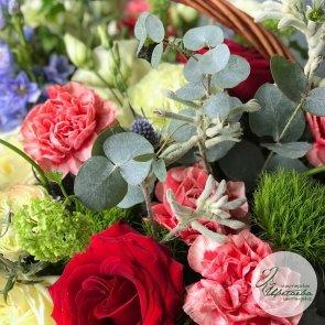 Огромная корзина со свежими цветами c доставкой в Томске