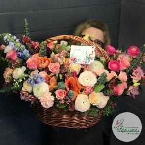 Шикарная корзина с цветами c доставкой в Томске