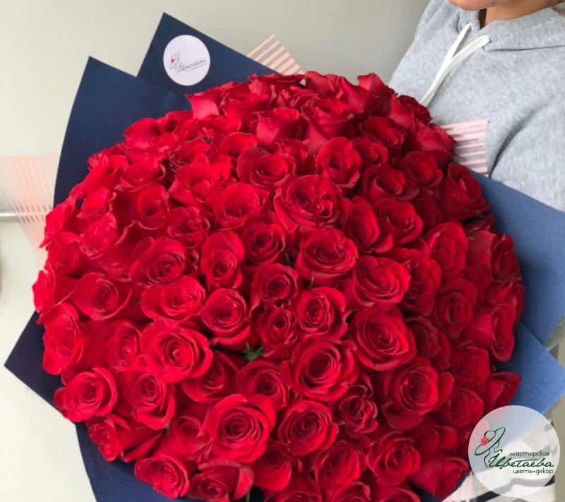 Большой букет алых роз