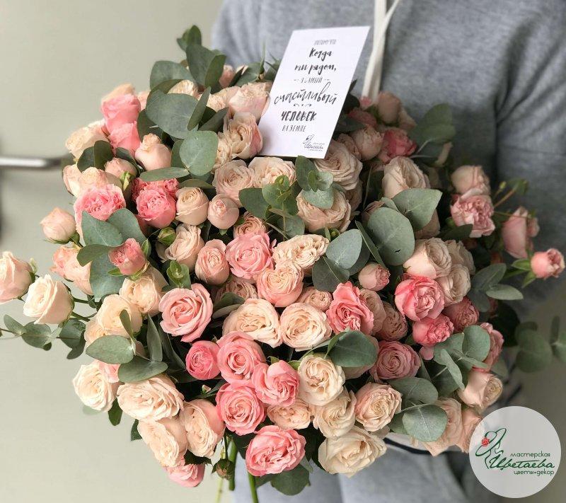 Большой букет пионовидных роз