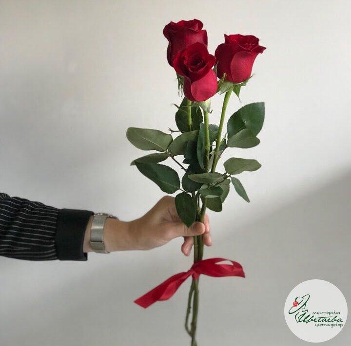 Красные розы с лентой