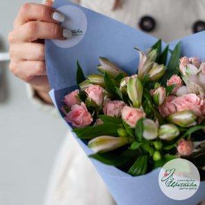 Кустовые розы и альстромерии