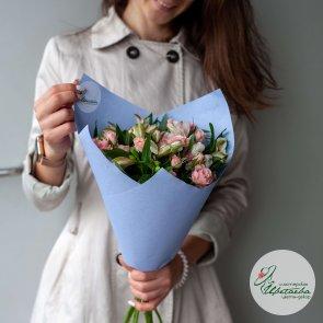 Композиция из кустовых роз и альстромерий