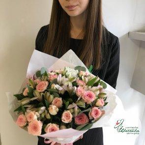 Букет из альстромерий и кустовых роз