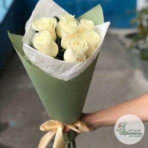 7 белых роз в упаковке