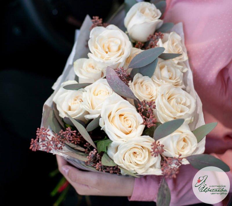 Букет из белых роз с эвкалиптом