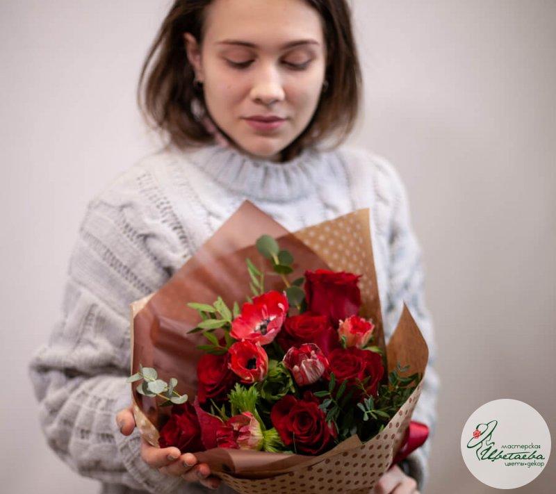 Букет красных розы с анемонами