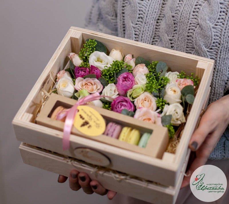 Цветы и сладости в ящике с макарунс