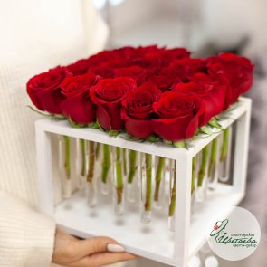 Цветы в боксе на 25 роз c доставкой в Томске