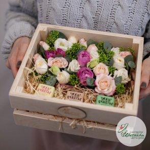 Цветы и сладости в ящике с питерскими конфетами «Счастье»