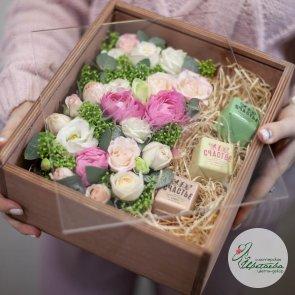 Сладкий набор в ящике со стеклом с конфетами