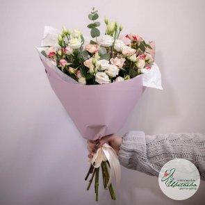 Букет из кустовых роз с лизиантусом