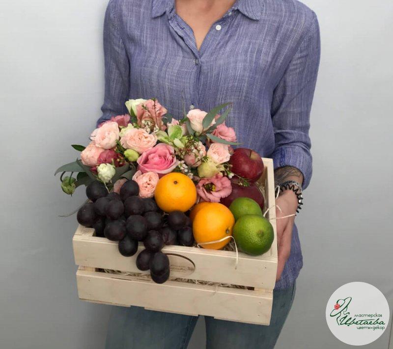 Ящик с фруктами и цветами
