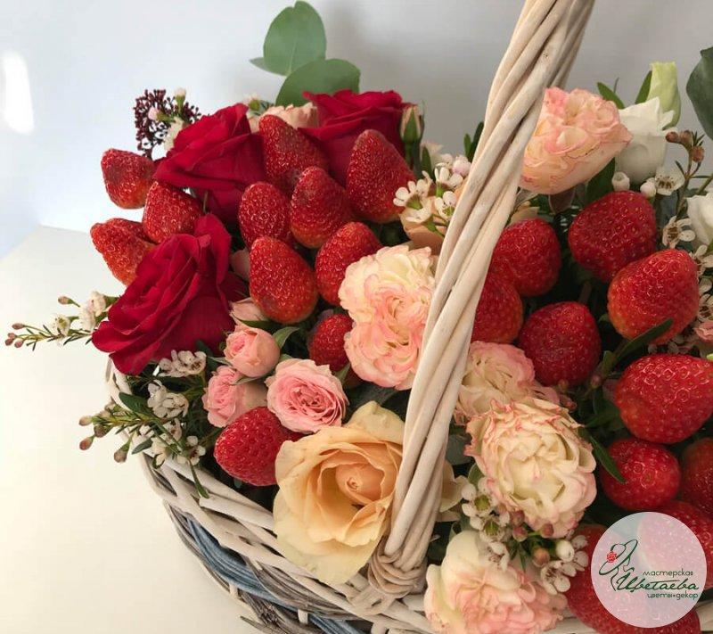 Корзина с клубникой и цветами