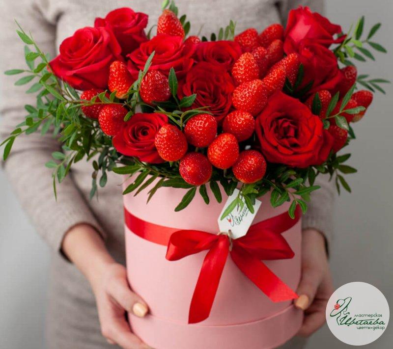 Розы с клубникой в коробке