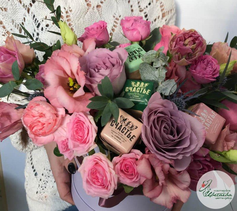 Цветы со сладостями в коробке