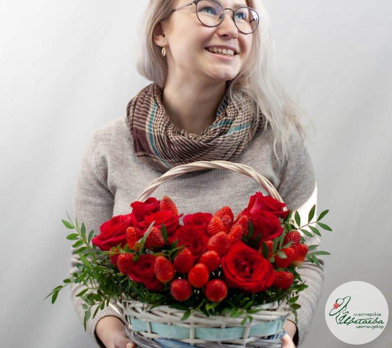 Корзина с розами и клубникой