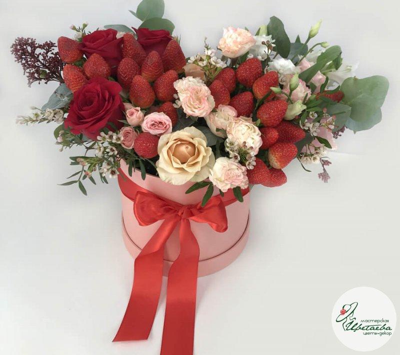 Подарочные коробки с цветами и клубникой