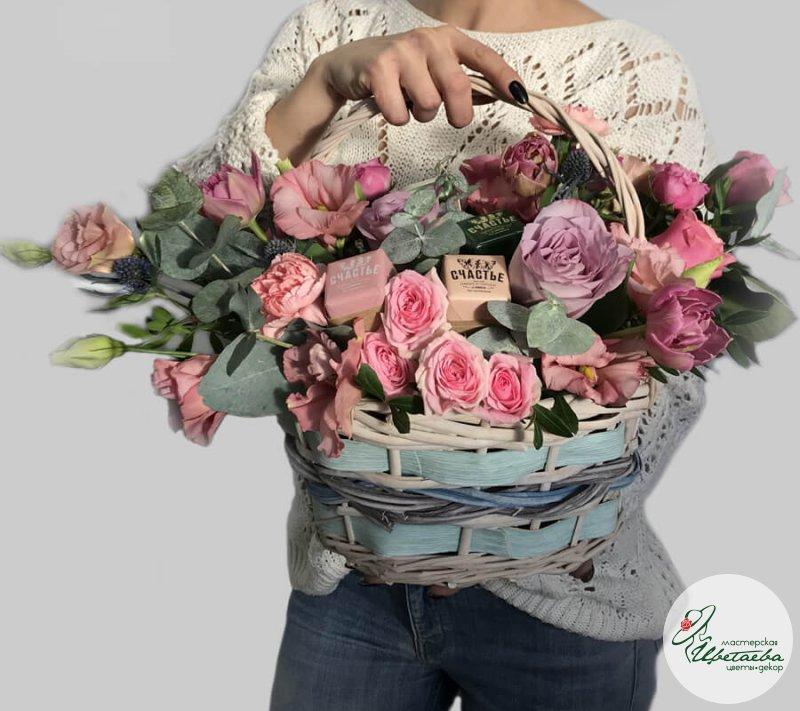 Корзина со сладостями и цветами