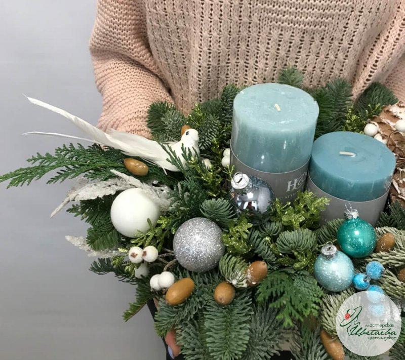 Новогодняя композиция из нобилиса и свечей