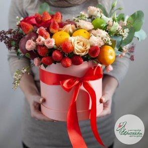 Подарочная коробка с фруктами и цветами