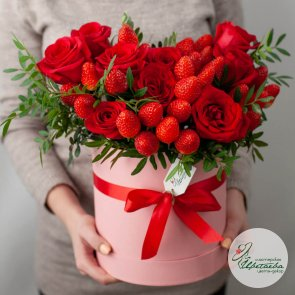 Дополнительные фотографии к товару - Розы с клубникой в коробке
