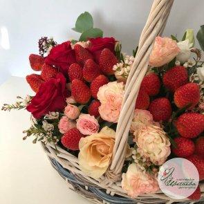 Дополнительные фотографии к товару - Корзина с ягодами и цветами