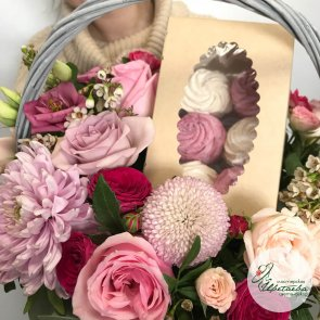 Корзина с зефиром и цветами