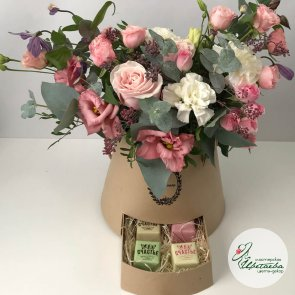 Подарочная коробка с конфетами и цветами c доставкой в Томске