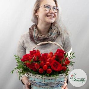 Корзина с розами и клубникой c доставкой в Томске