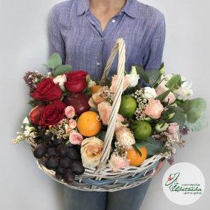 Подарочные корзины с фруктами и цветами