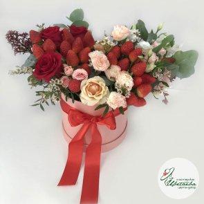 Клубника с цветами в шляпной коробке