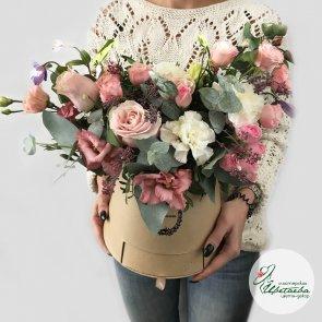 Цветы в шляпной коробке с конфетами