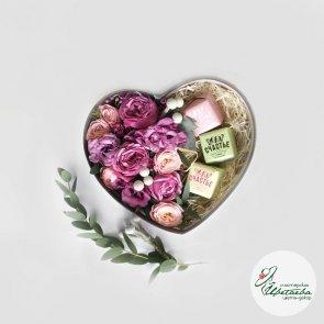 Коробка сердце с цветами и конфетами