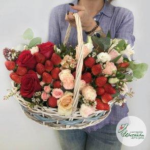 Корзина с ягодами и цветами