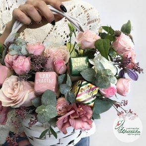 Корзина с цветами и конфетами c доставкой в Томске