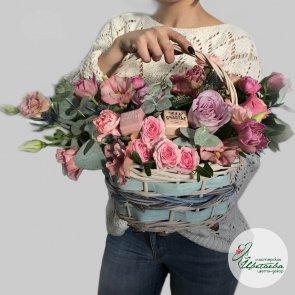 Корзина со сладостями и цветами c доставкой в Томске