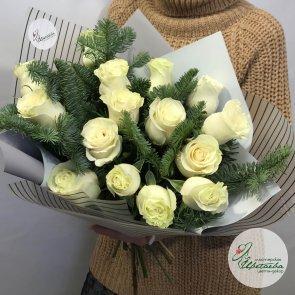 Новогодний букет из белых роз