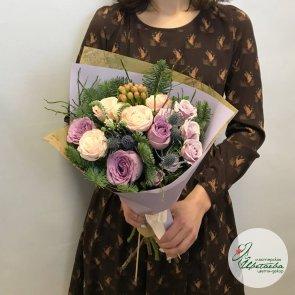 Новогодний букет из цветов и ели c доставкой в Томске