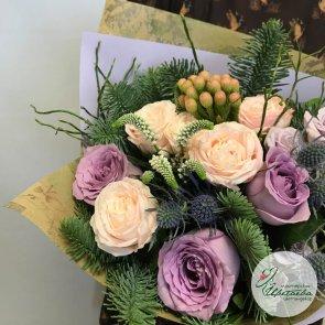 Новогодний букет из цветов и ели